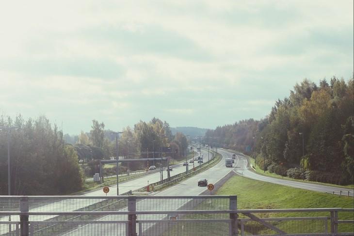 Ở Hämeenlinna. Chỉ cần chếch sang bên trái một chút sẽ là cảnh ánh mặt trời chiếu xuống qua khe nứt từ mây, làm mặt hồ sáng lên, hiện rõ nhà máy đang nhả khói trên nền trời rộng mênh mang. Tiếc là lấy máy chậm một chút T_T