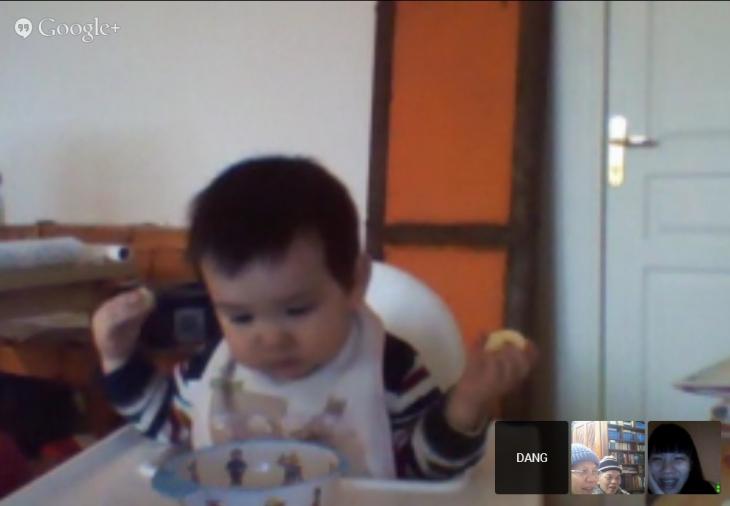 Mỗi tay một lát chuối, vừa ăn vừa ngó xem trong bát còn không, he he. How adorable. <3