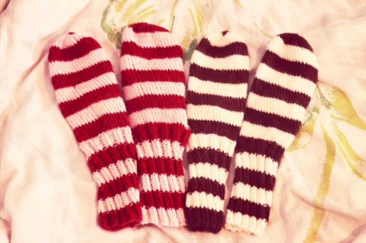 The right one of each pair has a white dot which doesn't show clearly here. I could knit the same color all the way up but I just thought it would be cuter the way I did. : p